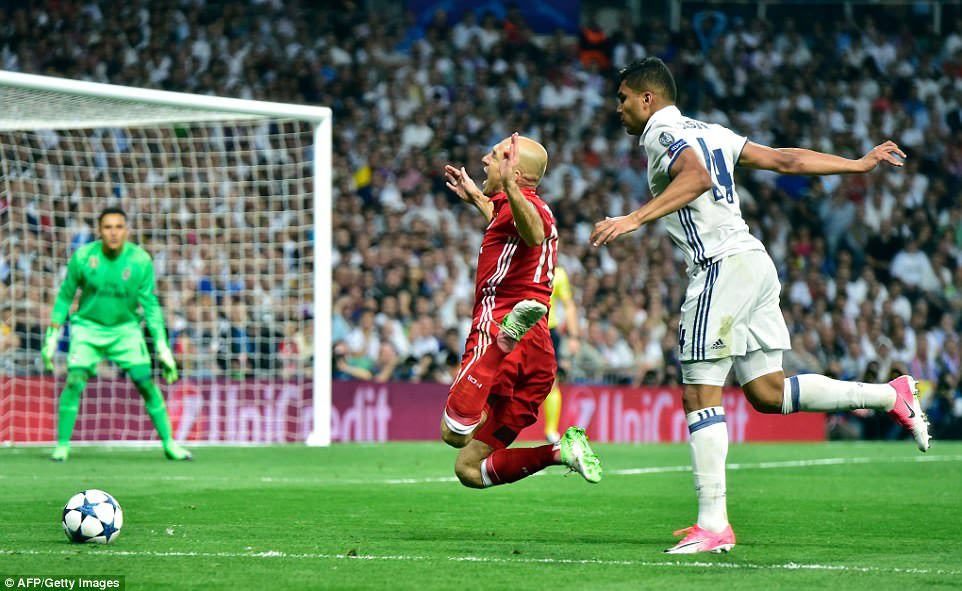 Minutes later Casemiro tripped Robben in the box, with the Dutchman making sure the referee knew, to give Bayern a penalty
