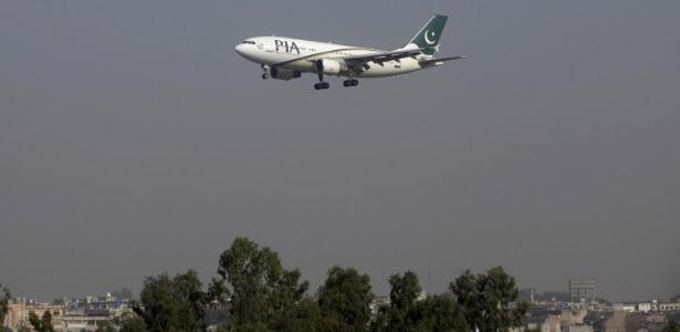 2dez2015---imagem-de-arquivo-mostra-um-aviao-de-passageiros-da-pakistan-international-airlines-pia-1481115232781_615x300
