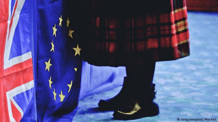 Symbolbild Brexit EU Großbritannien Schottland Flaggen Schottenrock Tracht