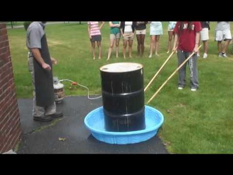 video que muestra como la diferencia de presión hace que un bidón se aplaste solo