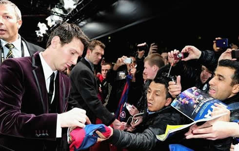 Messi signing an autograph at a Barcelona shirt/jersey in FIFA's Balon d'Or 2011 event