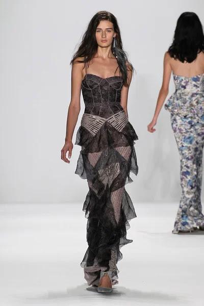 Modelo camina la pasarela en el fashion show de Badgley Mischka — Foto de Stock #57868667