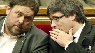 Oriol Junqueras i Carles Puigdemont conversen durant la sessió de control del Parlament al govern (EFE)