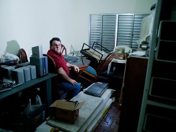 Douglas: mobília de dois imóveis em um por atraso na entrega do apartamento novo. (Foto: Daigo Oliva/G1)
