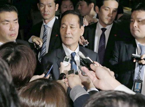 安倍首相に辞表を提出し、記者の質問に答える西川農相=2月23日午後、首相官邸