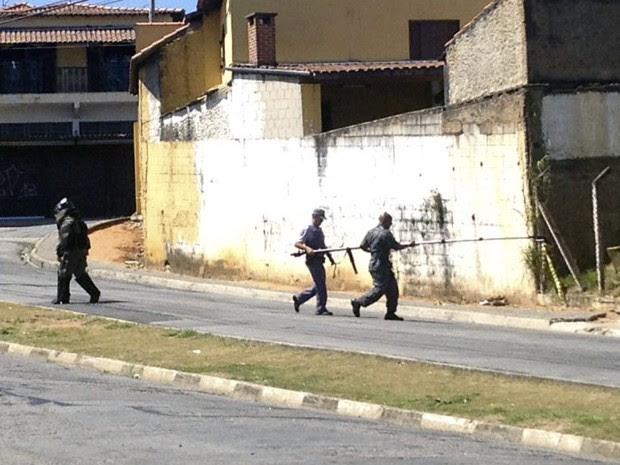 Granada militar é jogada dentro de padaria em Jacareí, SP (Foto: Agda Queiroz/ TV Vanguarda)