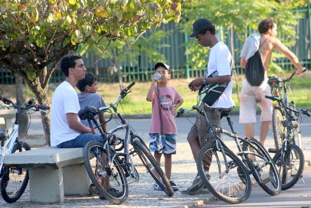 Helio de la Peña passeia com os filhos (Foto: J C Pereira/Foto Rio News)