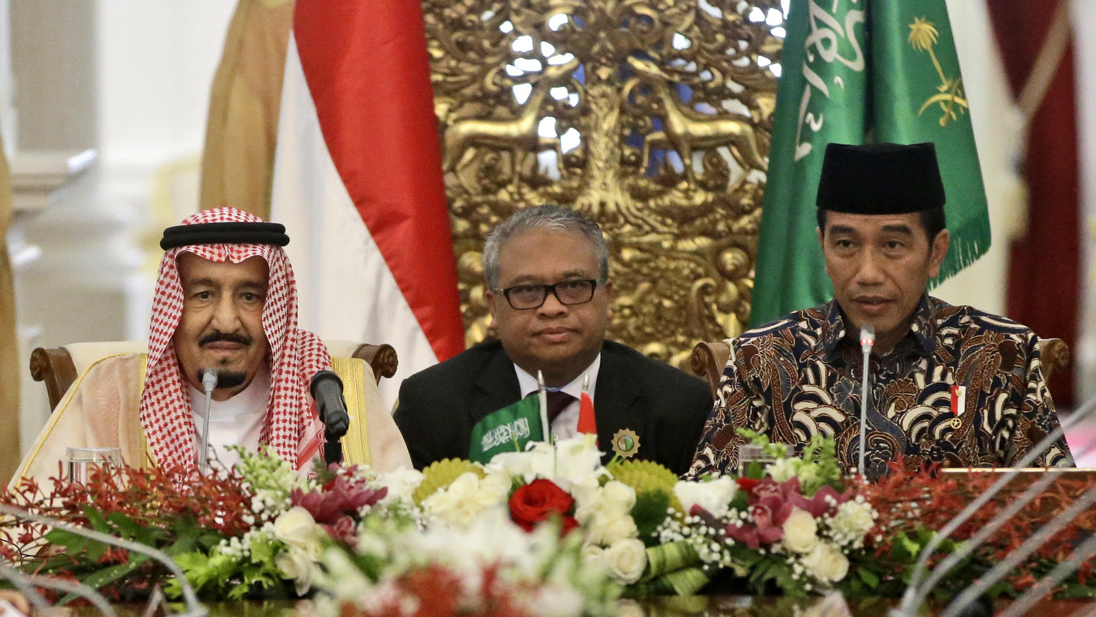 Saudi King Salman, left, and Indonesian President Joko Widodo, right, attend a meeting with Islamic figures at Merdeka Palace in Jakarta, Indonesia, Thursday, March 2, 2017.  (AP/Dita Alangkara)