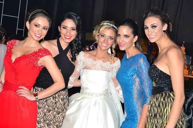 María René Antelo vestida de novia durante su boda junto con sus amigas