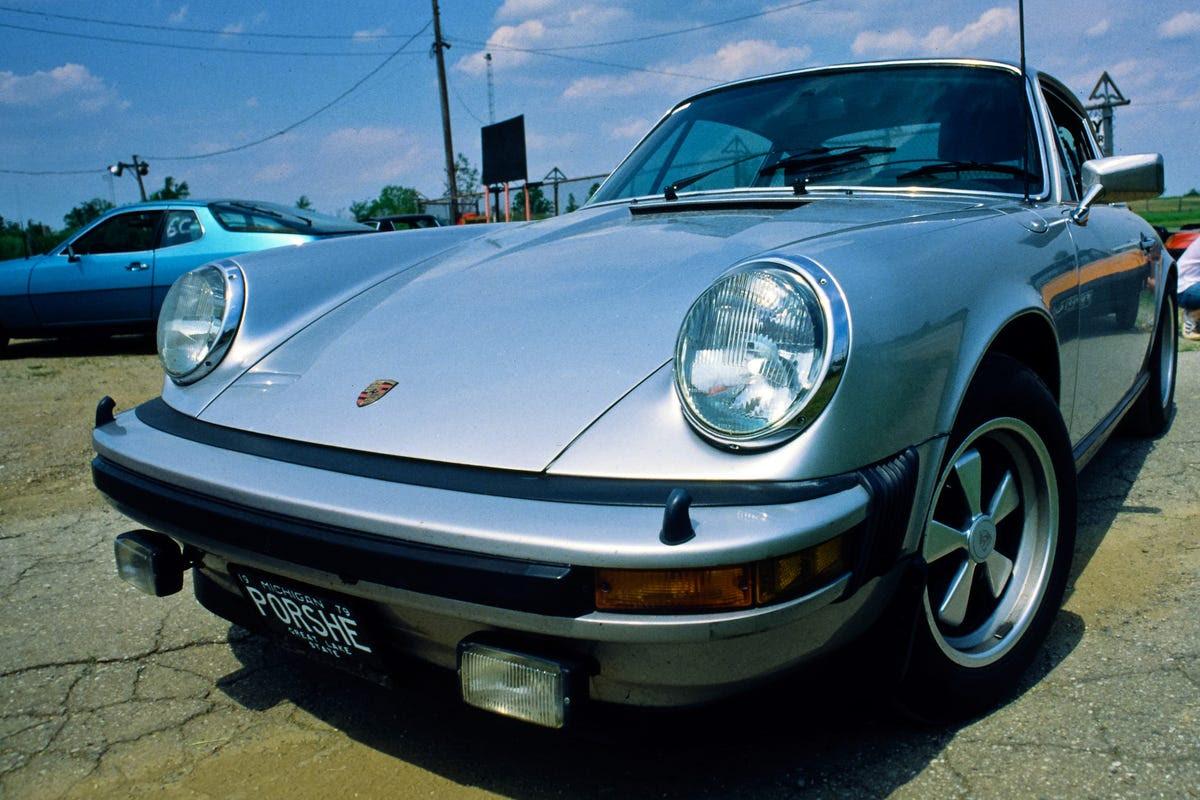 Gates đã luôn luôn có một điều cho xe ô tô nhanh. Trong những năm qua, ông đã sở hữu một chiếc Porsche 930 Turbo, một chiếc Mercedes, một chiếc Jaguar XJ6, một Carrera Cabriolet 964, và một chiếc Ferrari 348. Trong những năm đầu của Microsoft, ông đã mua một 1979 Porsche 911 mà ông sử dụng để đua xung quanh sa mạc.