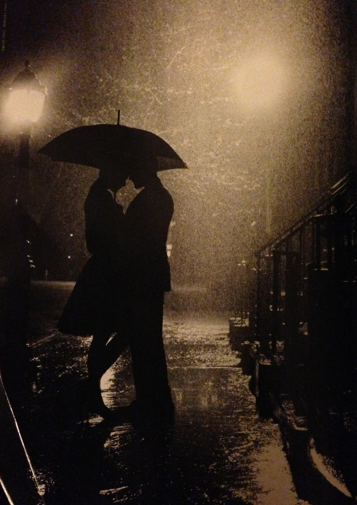Reminds me of lovers in #paris Bajo la lluvia...