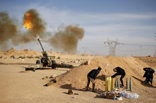 File photo of Libya Dawn fighters firing an artillery cannon at IS militants near Sirte March 19, 2015.  REUTERS/Goran Tomasevic