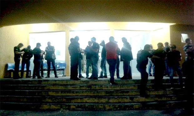 Na frente da Delegacia de Plantão da Zona Norte, clima foi de muita comoção durante toda a madrugada (Foto: Divulgação/Polícia Militar)