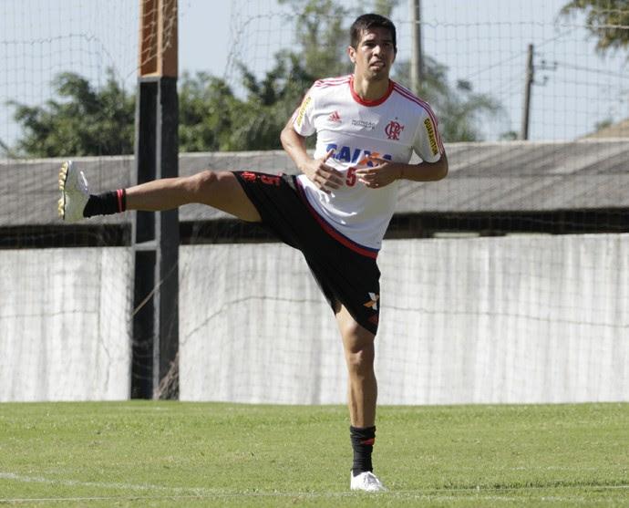 Cáceres participou do treino deste sábado ao lado dos companheiros (Foto: Gilvan de Souza/ Fla Imagem)
