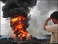 Hombre mira explosión en Irak.