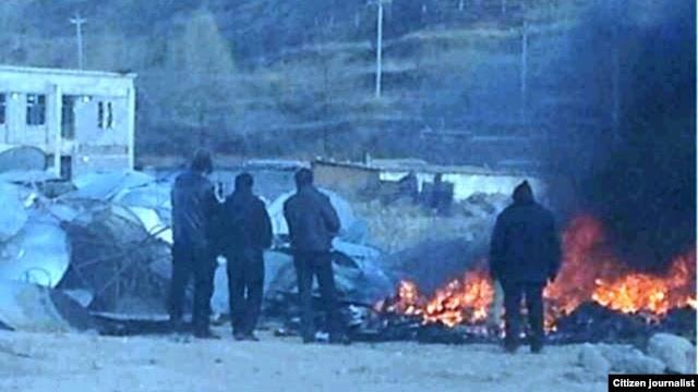 当地民众提供的照片显示,青海黄南州当局焚毁从藏民店铺和住宅查抄的卫星电视接收器。(2013年1月9日)