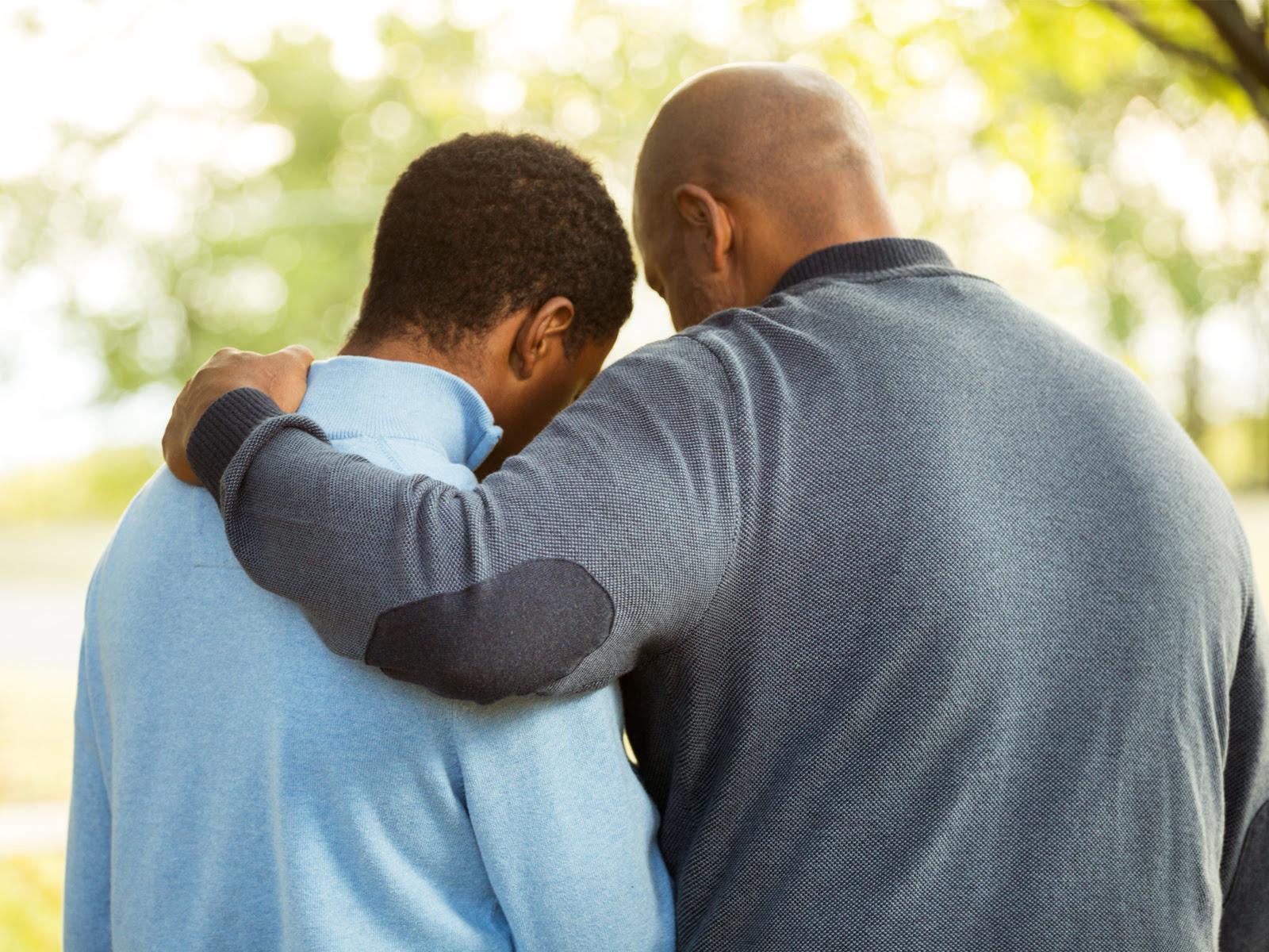 Resultado de imagem para pais rezando com os filhos