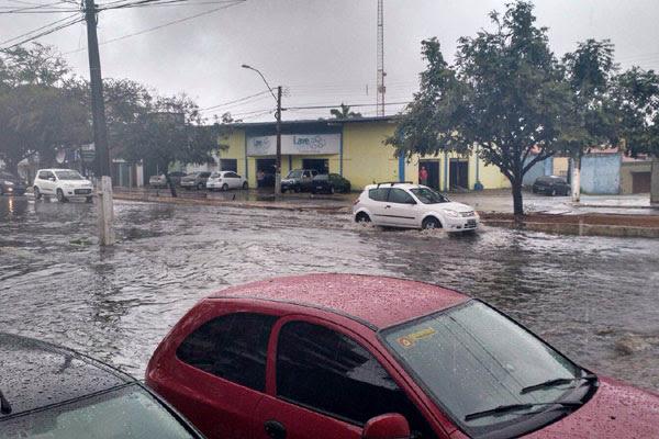 Em Candelária também houve acúmulo de água na Prudente de Morais, próximo à rua Militão Chaves