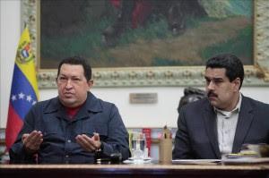 Imagen facilitada por el Palacio de Miraflores, del presidente de Venezuela, Hugo Chavez, acompañado del vicepresidente Nicolas Maduro. EFE