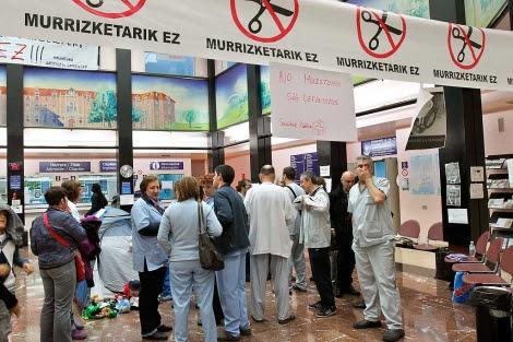 Protestas contra los recortes en el Hospital de Basurto.| Alfredo Aldai | Efe