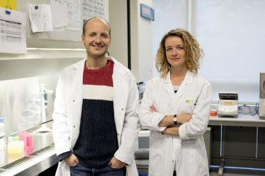 <p>Los investigadores Anna Labernadie y Xavier Trepat. / IBEC</p>