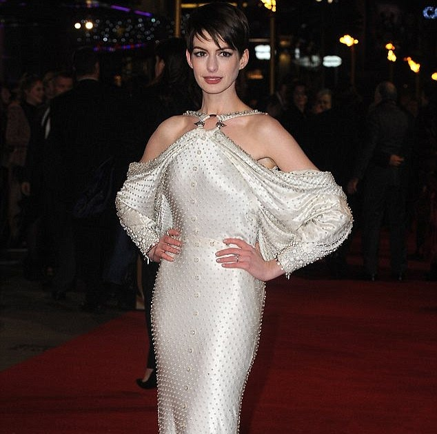 Anne Hathaway At The Hustle Premiere In Hollywood: Weddingaccessoriesoutlet.com: Anne Hathaway's £4 Manicure