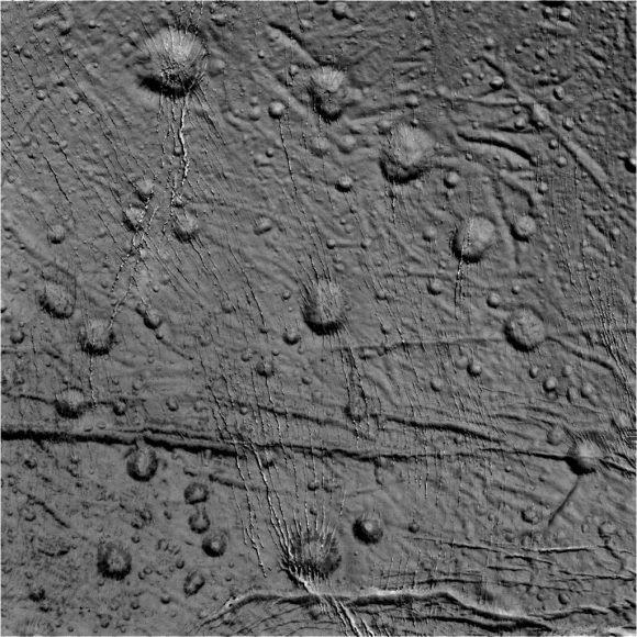 Otra vista de la red de grietas del polo norte de Encélado (NASA/JPL).