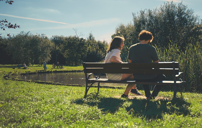perempuan gemar menyebarkan wacana hdubungan percintaan Kala Si Nona Sedang Bercerita, Sebisa Mungkin Tahan Untuk Berkomentar