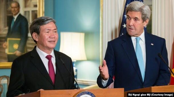 Ngoại trưởng Mỹ John Kerry và ông Đinh Thế Huynh phát biểu trước các phóng viên ở Bộ Ngoại giao Mỹ hôm 25/10.