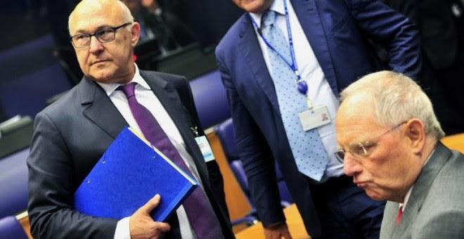 El ministro francés de Finanzas, Michel Sapin, y su homólogo alemán, Wolfgang Schaeuble, durante una reunión del Eurogrupo. - AFP