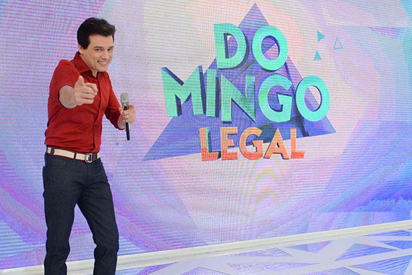 Celso Portiolli no palco do Domingo Legal para foto de divulgação