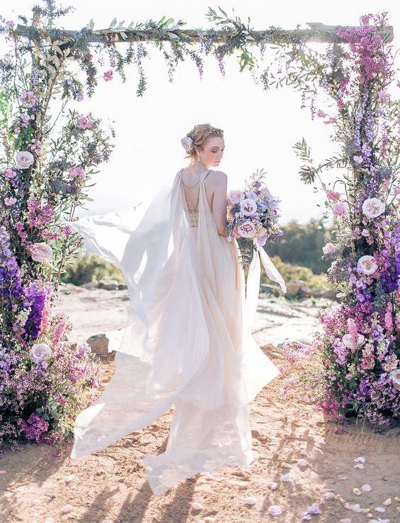 ätherische blush cape befestigt, um den Rücken und Schultern des Kleides