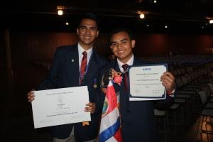 Cristopher Portocarrero y Cristhian Núñez ganaron premios especiales en la feria de Intel. Fotos Cortesía de Intel.