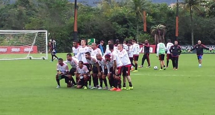 Time vencedor do rachão no treino do Flamengo (Foto: Fred Gomes)