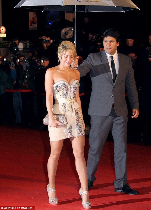Sentindo frio?  Shakira tinha um assistente proteger seu cabelo e roupa do tempo miserável francesa