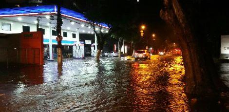 Imagem tirada por um usuário do comuniQ mostra a Rua Conselheiro Portela tomada pelas águas / Foto: Edilson Santos / comuniQ