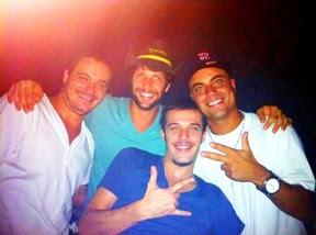 Ex-BBB Rafa com Gustavo Leão, Jayme Matarazzo e Biel Maciel em boate no Rio (Foto: Twitter/ Reprodução)