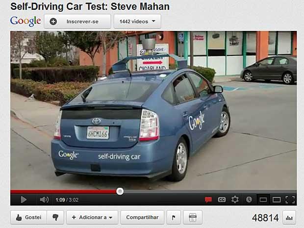Veículo com piloto automático fez duas paradas durante teste e circulou obedecendo as regras de trânsito. (Foto: Reprodução / YouTube / Google)