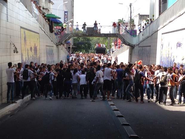 Estudantes realizam protesto contra reajuste da passagem de ônibus em João Pessoa (Foto: Walter Paparazzo/G1)