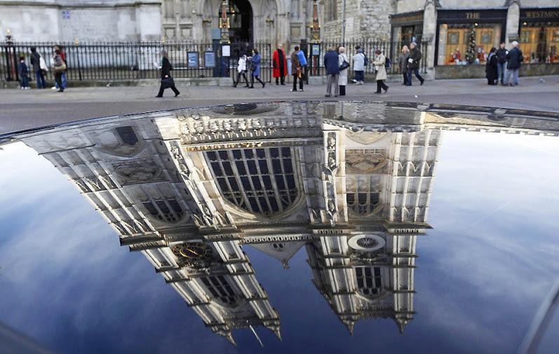 Отражение Вестминстерского аббатства на крыше автомобиля в Лондоне. Фото
