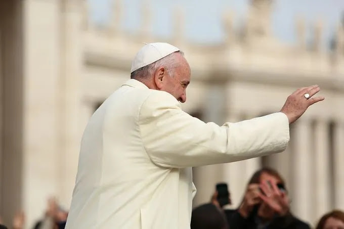 Pope Francis waves at the general audience in St. Peter's Square, Nov. 18, 2015. Credit: Daniel Ibanez/CNA.