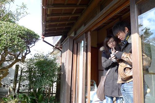 Kong and Kelly examining photos
