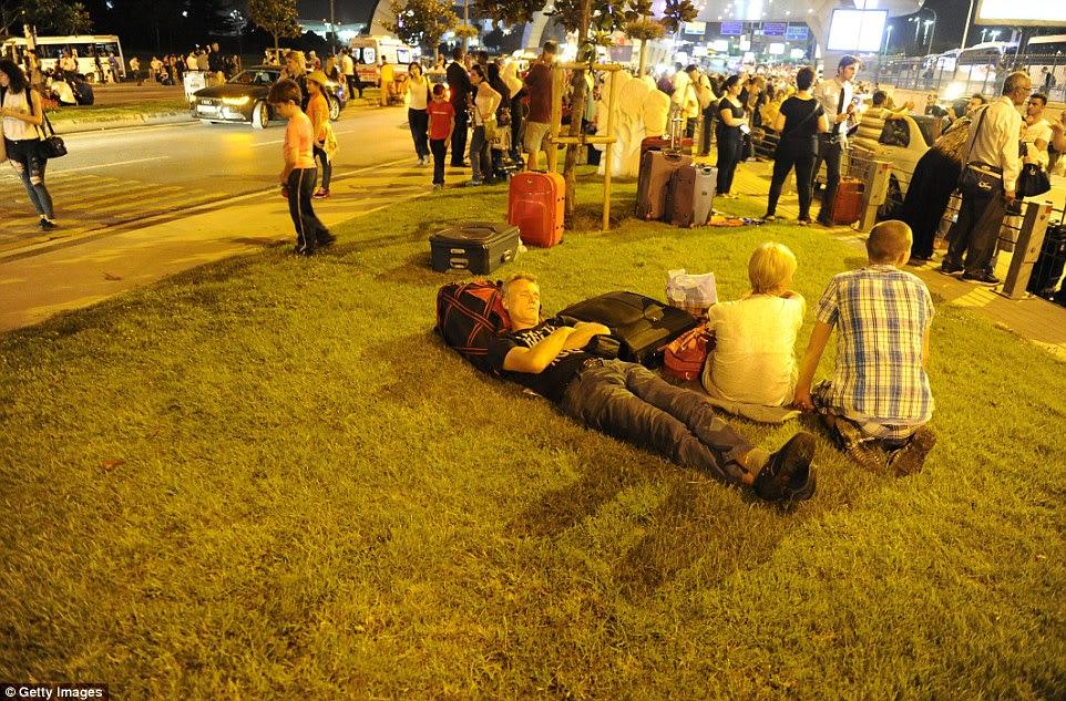 Passageiros deitar no chão do lado de fora o maior aeroporto da Turquia, Istambul Ataturk após os ataques suicidas