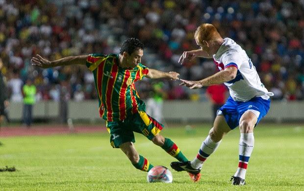 Pimentinha, do Sampaio, disputa bola com jogador do Fortaleza (Foto: Paulo Soares / O Estado)