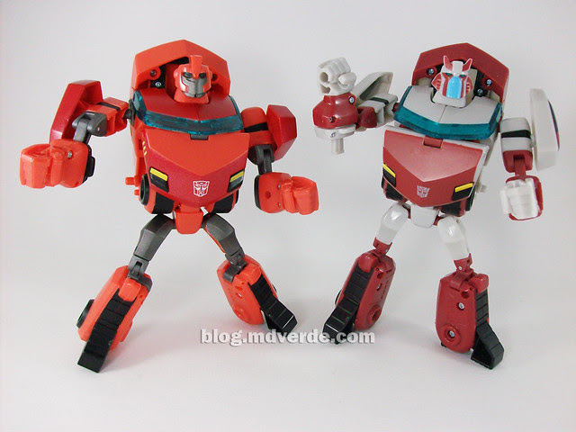 Transformers Ironhide Animated Deluxe Takara - modo robot vs Cybertronian Ratchet