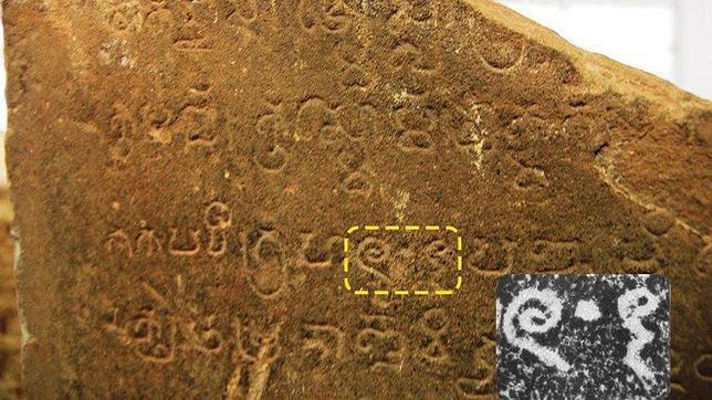 Relieve  K-127 encontrado cerca de Angkor Wat, con el primer número 0. Presenta un número 605.