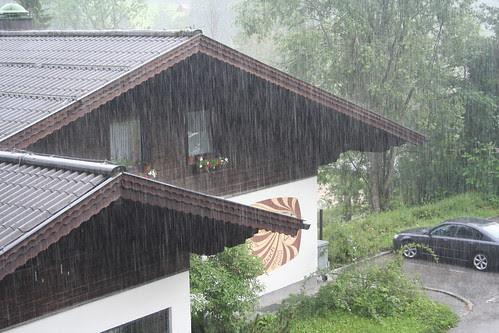 Regnen styrter ned i Russbach