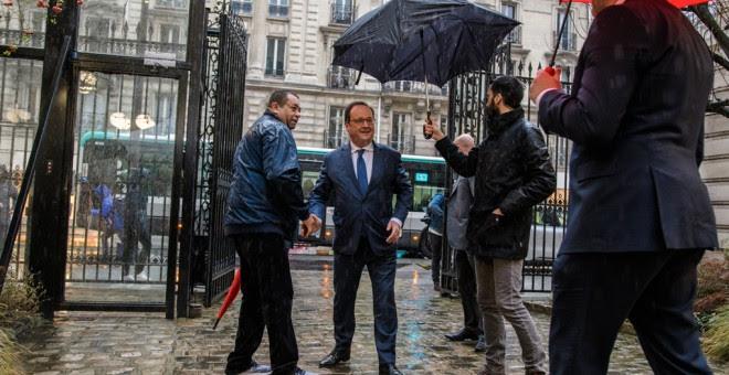 El expresidente francés Francois Hollande es recibido por miembros del Partido Socialista (PS), a su llegada a la sede del partido para participar en las primarias para elegir alnuevo líder del partido, en París (Francia).. EFE/CHRISTOPHE PETIT TESSON