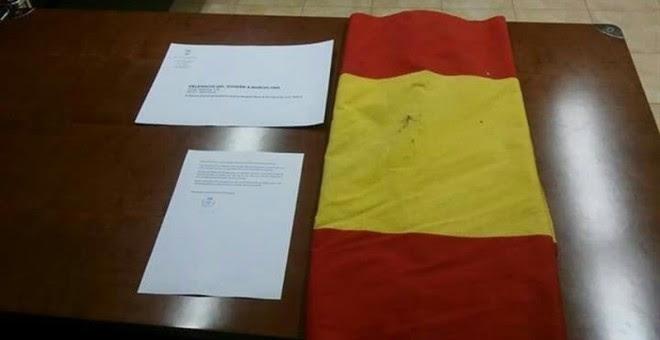 La bandera de España y la carta enviada por la CUP de Viladamat a la delegada del Gobierno, Llanos de Luna.