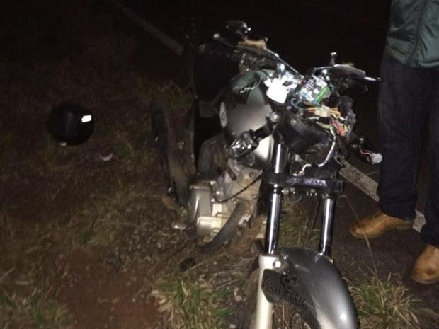 Motocicleta ficou danificada após bater em cavalo na pista (Foto: Arquivo Pessoal)